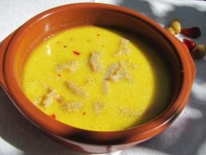 Ciorba de burta cu smantana si ardei iute este una dintre preferatele celor paisonati de bucataria romaneasca. Imbinarea gustului de usturoi cu acreala ciorbei fac ca acest preparat sa fie una dintre pietrele de temelie ale palmaresului gospodinelor romance.