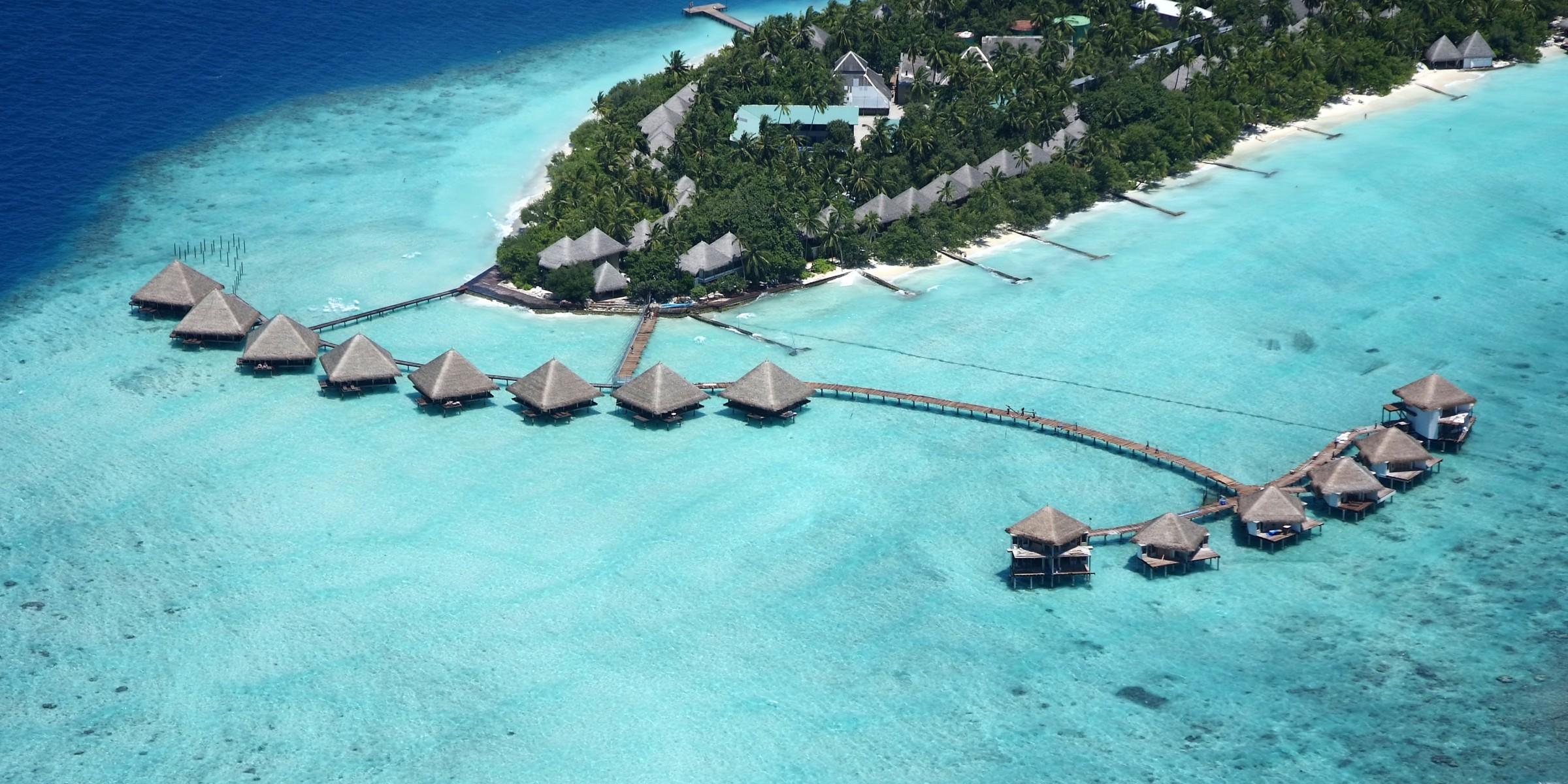 Insulele Maldive sunt un complex de atoli ce cuprind mai mult de 1000 de insule din care doar 250 sunt locuite