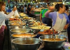 Daca ajungi in Thailanda nu trebuie sa ratezi mancarea thailandeza, cunoscuta in intreaga lume pentru aroma si gustul sau.