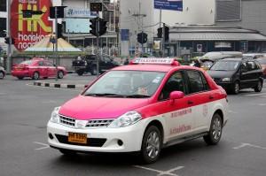 In orasele din Thailanda este bine sa nu te urci intr-un taxi care nu are insemne oficiale si aparatul de taxat pornit.