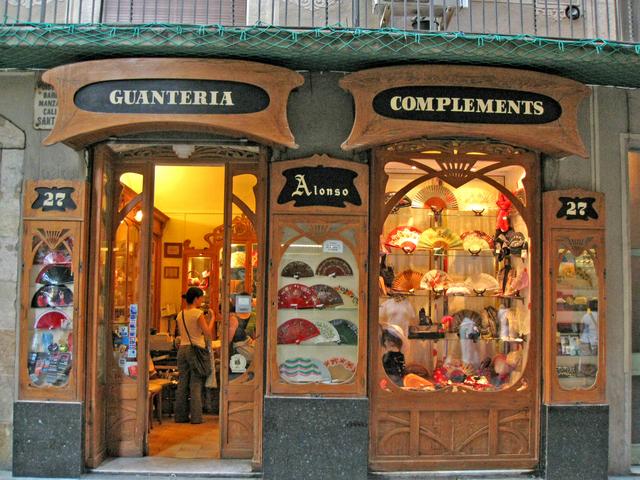 Barri Gotic, in traducere Cartierul Gotic poate fi planul perfect al unei dupa-amiezi. Cea mai veche parte a orasului, cartierul este compus din stradute inguste, pavate si de mici piete.