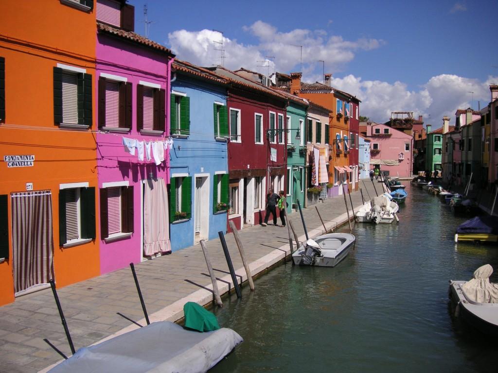Burano este unul dintre cele mai cunoscute orase din Italia pentru casele sale colorate si pline de viata.