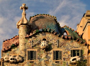 """Tot pe aceeasi strada se afla si una din cele mai ciudate constructii din Europa, Casa Batllo. Pentru localnici aceasta casa este cunoscuta drept """"casa oaselor"""", datorita fatadei"""