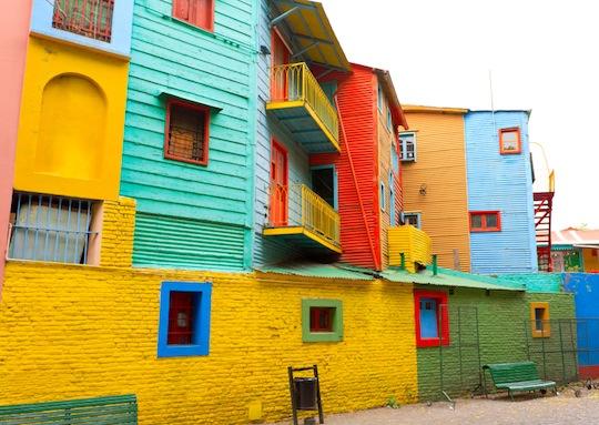 Tango, dansuri de strada, viata culturala vibranta si  cladiri zugravite in culorile curcubeului, toate se regasesc in La Boca din Buenos Aires, Argentina