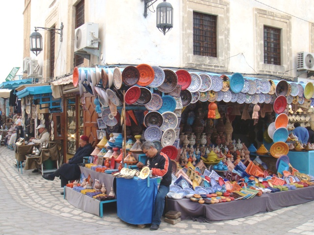 Strazile Tunisiei sunt pline de magazine de suveniruri.