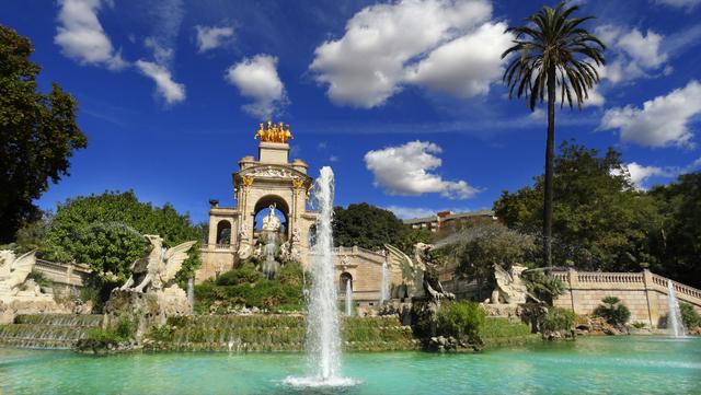 Situat in inima Barcelonei, Parc de la Ciutadella este o imensa zona verde ce te va cuceri iremediabil, datorita lacului, a gradinii zoologice, a muzeelor si a plantelor inedite.