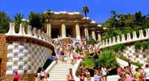 O alta capodopera creata de Antonio Gaudi, Parc Guell, a fost construit initial pentru a deveni un ansamblu residential de 60 de case, destinate burgheziei si contilor din regiune, insa proiectul nu a mai putut fi finisat si s-a transformat in parcul deschis publicului.