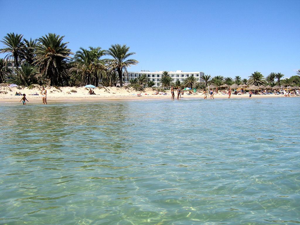 Plaja situata foarte aproape de hotel (despartita fiind de o strada, foarte circulata, de altfel), ofera o multitudine de cadre: turisti relaxati, tunisieni incercand sa vanda luna de pe cer sau, pur si simplu, veniti la plaja, terase (cu preturi cam mari), goelete ancorate nu departe de mal, un nisip fin-fin (precum faina) si o apa limpede si racoroasa.