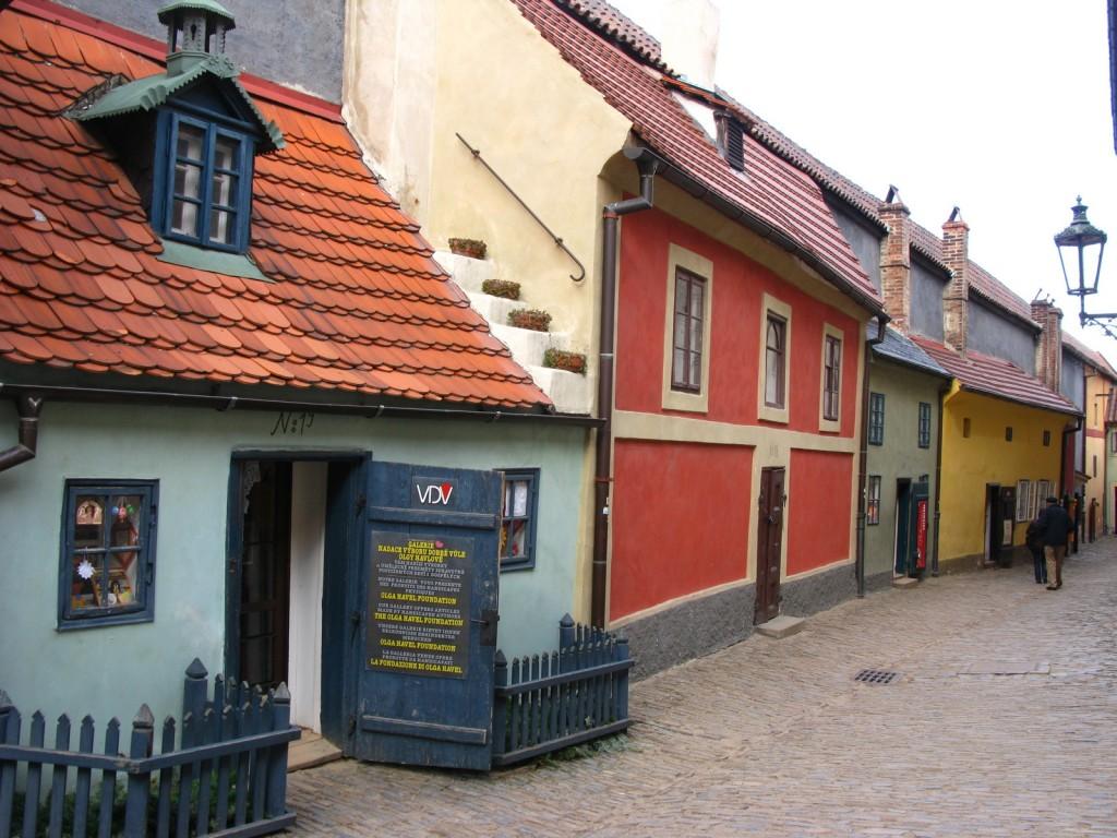 Golden Lane-ul din Praga este un loc extrem de vesel, al carui culori te fac sa zambesti cu usurinta
