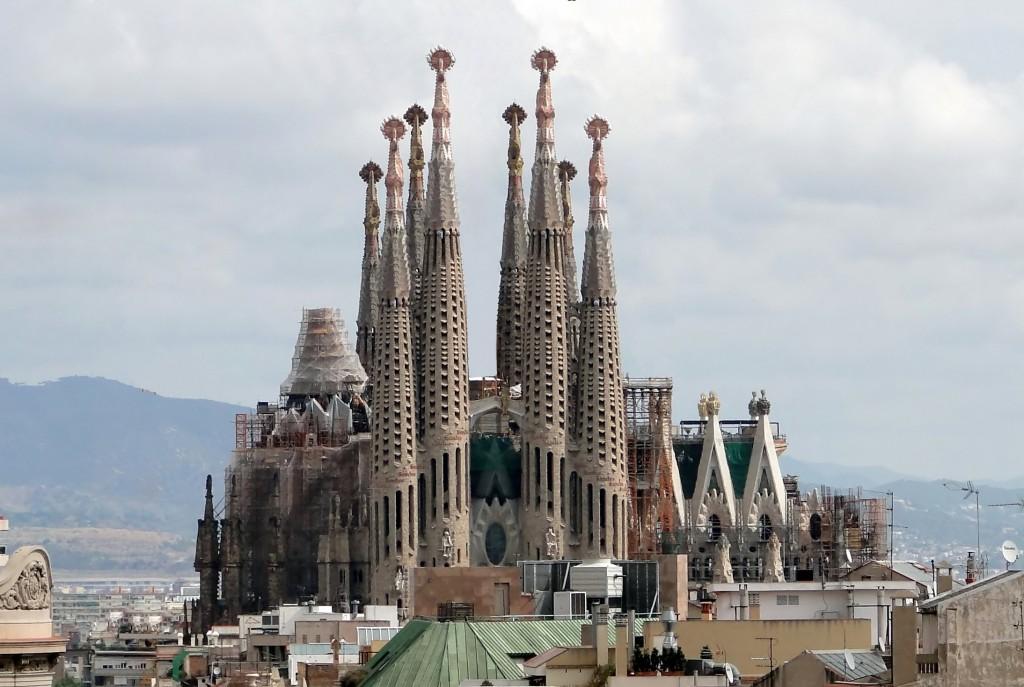 Catedrala Sagrada Familia a fost inceputa in 1883 si este cea mai cunoscuta cladire a Barcelonei, sute de turisti asteptand zilnic la coada pentru a putea admira genialitatea lui Antonio Gaudi.