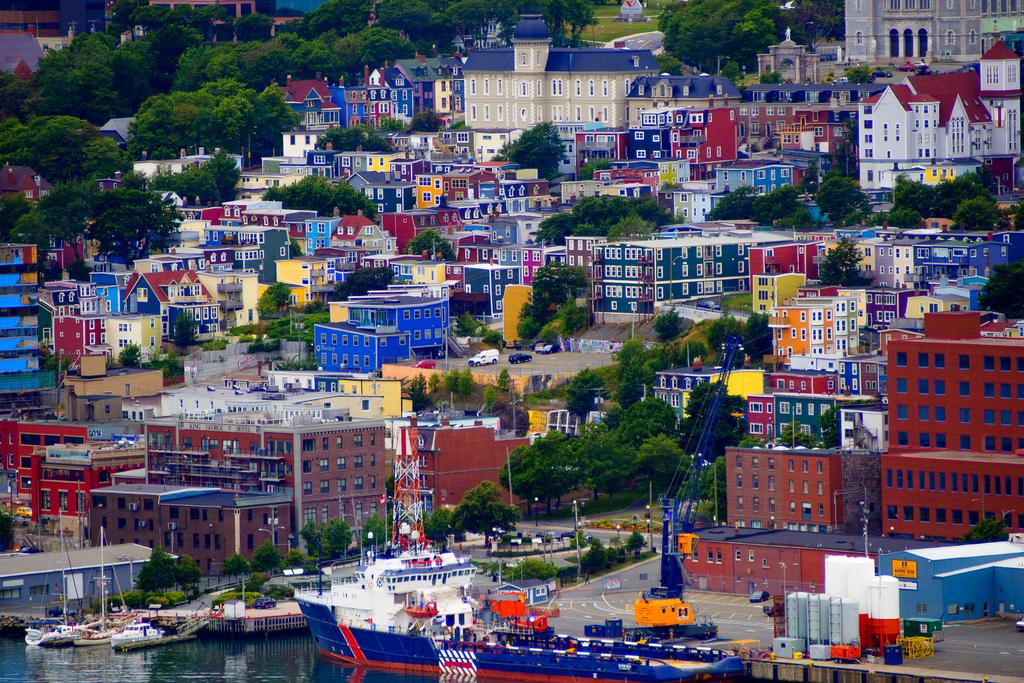 Cel mai important oras al regiunii canadiene Newfoundland and Labrador, St. John's, este un adevarat caleidoscop de rosu, albastru, verde sau mov, datorita caselor colorate, construite de pescarii locali.