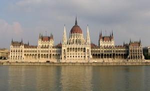 Odata ajuns in capitala Ungariei, nu uita sa iti treci pe lista o plimbare pe Dunare intre Buda si Pesta si vizitarea unor cladiri de importanta istorica mondiala, cum sunt Palatul Parlamentului si Bazilica Sfantul Stefan.