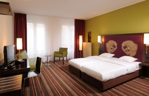 In functie de numarul de stele al hotelului, poti beneficia de o diversitate mare de camere. De regula, acestea sunt clasificate in functie de o serie de criterii ce tin cont de numarul şi marimea paturilor, dotarile oferite, clienţii carora li se adreseaza.