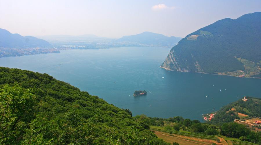 Lago D'Iseo este al patrulea cel mai mare lac din regiunea Lombardia, iar peisajul montan iti va lua rasuflarea.