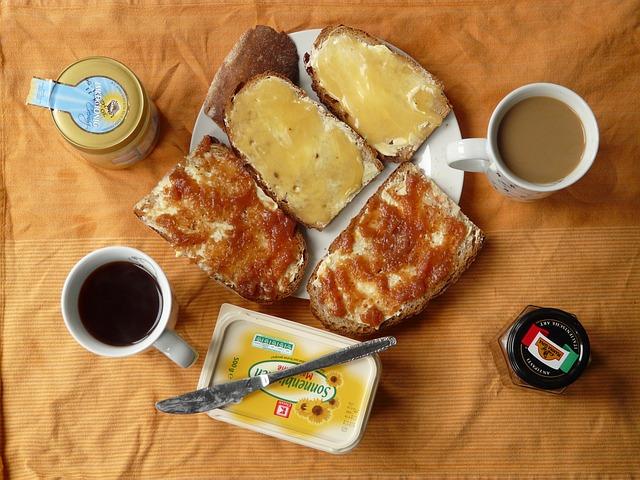 Unele facilitati de cazare iti ofera numai bed & breakfast, in timp ce altele, o varietate mai mare de a lua masa in incinta hotelului, asa cum am vazut. Poti sa iei micul dejun in principal in doua forme: mic dejun continental sau mic dejun englezesc.