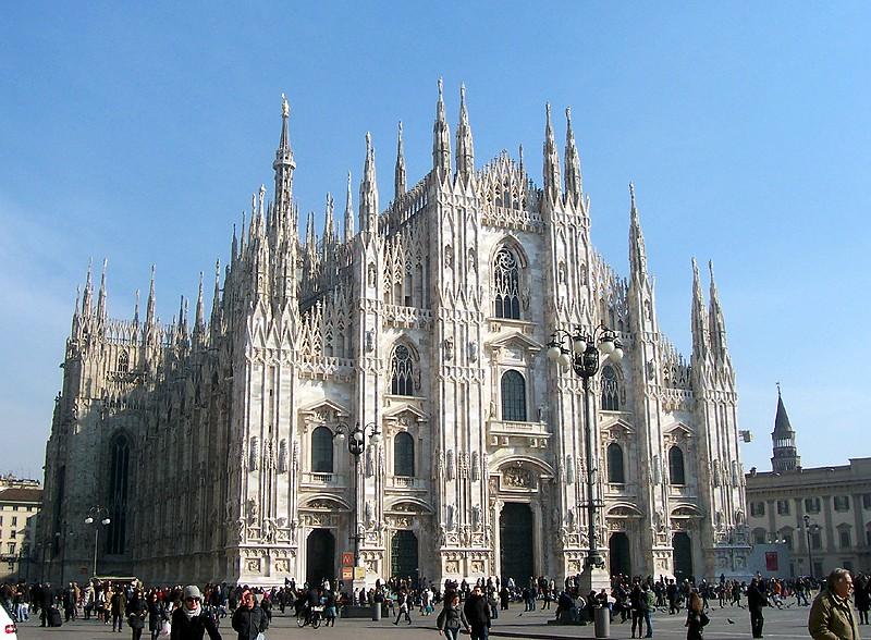 In Milano nu rata Domul din Milano, Scala si Piata Operei, statuia lui Leonardo da Vinci si cel putin o masa la unul dintre restaurantele cu care te imbie acest oras fabulos.