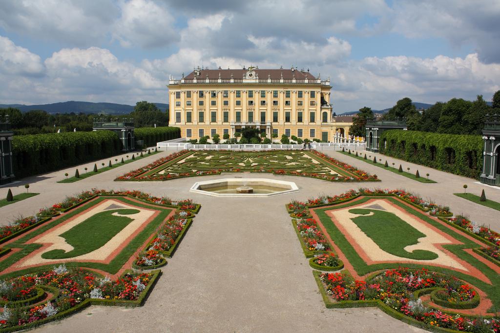 Palatul Schonbrunn te va impresiona prin simplitate si culoare.
