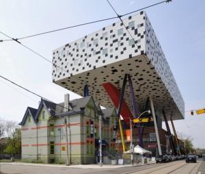 Cladirea care gazduieste Colegiul Artei si al Design-ului din Ontario, Canada, pare sa-si reprezinte in totalitate menirea, datorita aspectului exterior.
