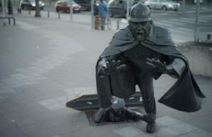 """Ne intoarcem putin in Belgia, pentru ca trebuie sa vezi aceasta statuie. Simbol al nesupunerii si chiar al rasturnarii autoritatii, tanarul rebel ce """"impiedica"""" politistul, facandu-l sa cada, este un simbol al orasului pe care nu ai cum sa il ratezi."""