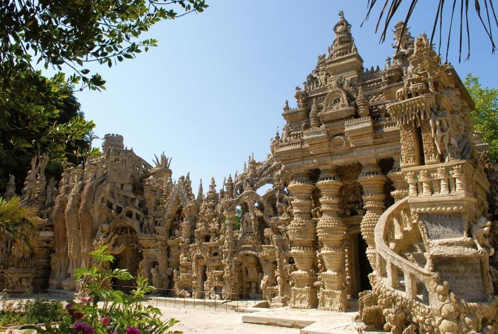 Treizeci si trei de ani i-au trebuit postasului din sud-estul frantei, Ferdinand Cheval, ca sa construiasca Palatul Ideal.