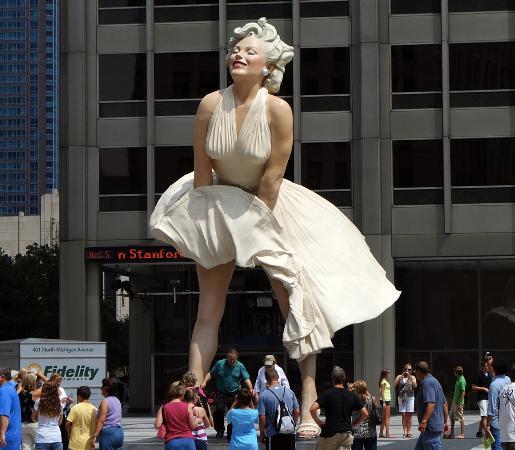 Surprinsa in postura care a facut-o pe actrita de neuitat pentru intreaga lume, aceasta versiune a celebrei Marilyn Monroe din Palm Springs, California este de dimensiuni incredibile.