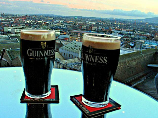 O vizita pe Insula de Smarald, Irlanda, nu poate fi considerata completa daca nu ai gustat una dintre cele mai populare beri din lume, Guinness Draught.