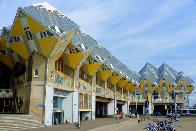 Kubuswoningen sunt un set de case inovative din orasul-port al Olandei, Rotterdam.