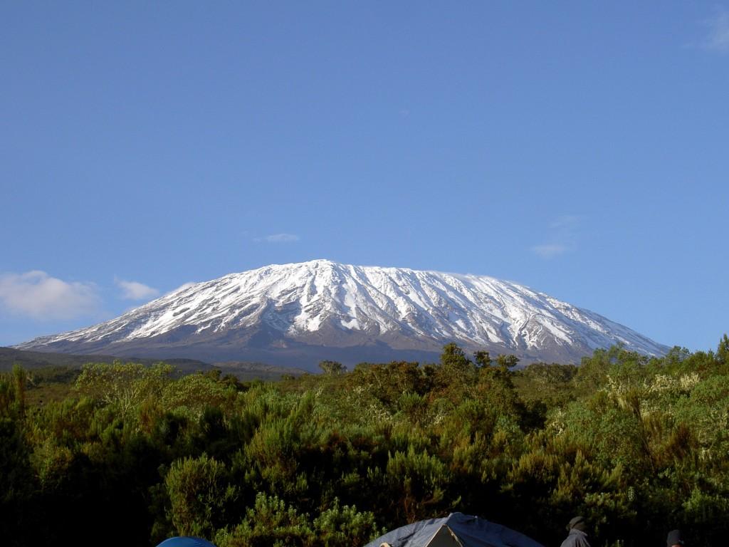 """Una dintre atractiile principale ale acestei tari este, desigur, Muntele Kilimanjaro sau """"Acoperisul Africii"""", dupa cu il numesc localnicii."""