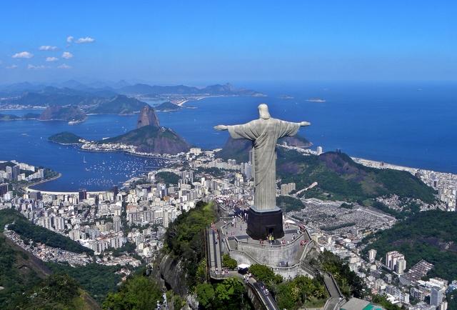 Daca vizitezi Rio De Janeiro, unul dintre marile orase ale Braziliei, urca neaparat pe muntele Corcovado, acolo unde se afla statuia imensa a lui Isus.