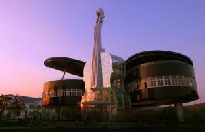 Constructia in forma de pian si intrarea acesteia, in forma de vioara gigantica sunt construite propiate in totalitate din sticla.