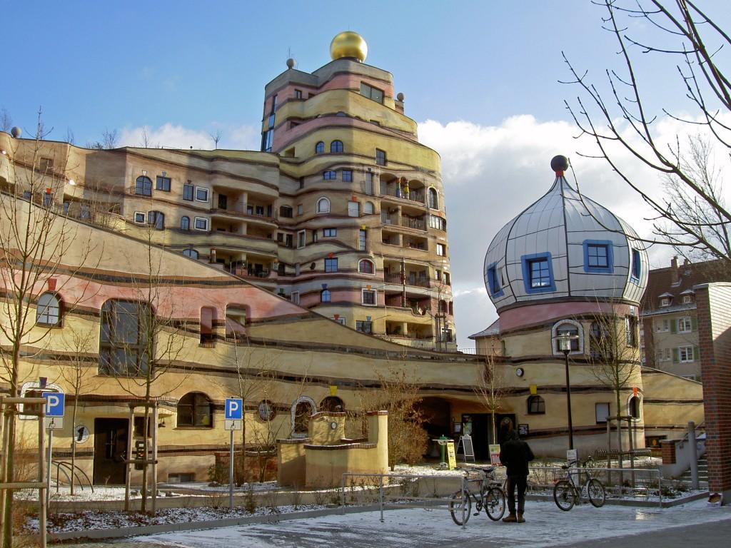 Constructia Waldspirale din orasul Darmstadt al Germaniei a fost construita cu intentia de a servi drept complex rezidential cu 105 spatii locative.
