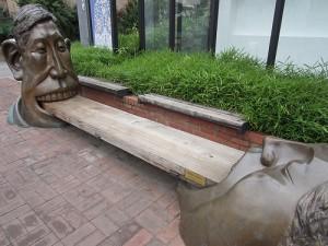 "Amplasata in fata Muzeului Bukcheon din Seul, statuia este denumita ""Mancand un biscuite impreuna"" ."