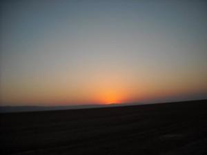 Dimineata ne-am trezit devreme, urma sa vedem rasaritul soarelui in desertul tunisian. Eram aproape de granita cu Algeria.