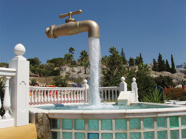 Asa ca daca ai timp sa ajungi in Aqualand-ul din Cadiz, trebuie sa vezi cu ochii tai aceasta sculptura. Ai zice la prima vedere ca Robinetul Magic sta suspendat in aer datorita fortei apei care se revarsa in mod misterios din el.