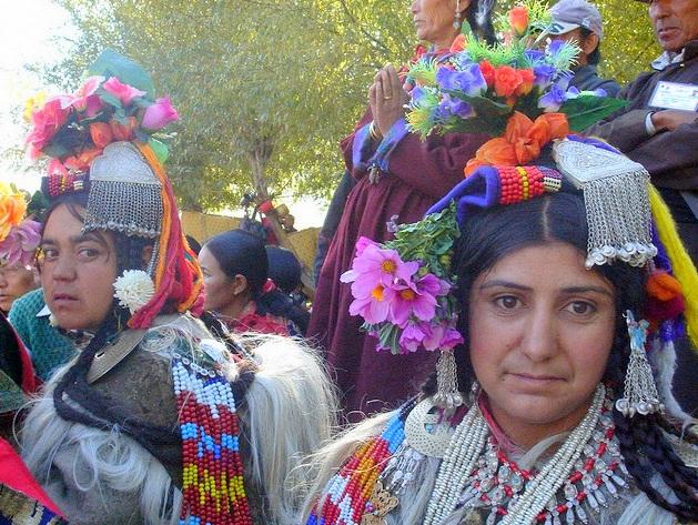 Una dintre caracteristicile cele mai interesante ale tribului Dard o reprezinta portul lor, sau cel al femeilor, cel putin : un strai bogat, din plin ornamentat cu flori si cu accesorii este ceea ce scoate in evidenta frumusetea si complexitatea membrilor acestui trib.
