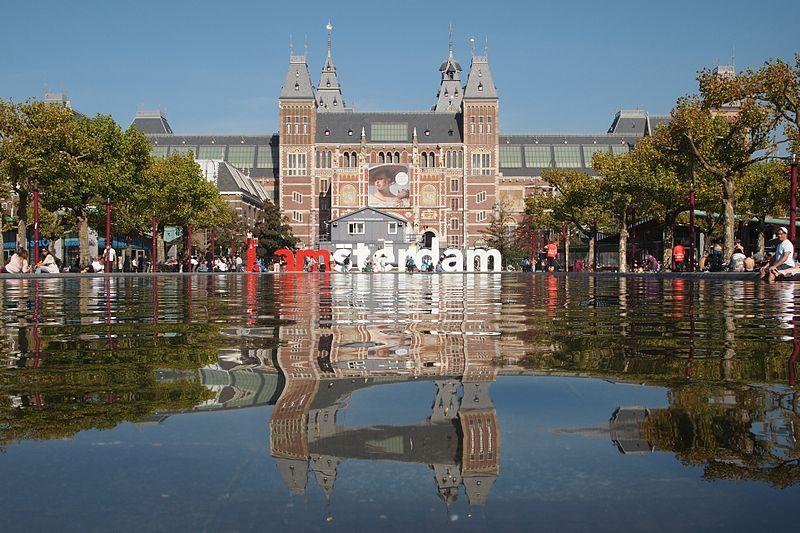 Amsterdam este impanzit de cafenele micute, cu terase la care localnicii savureaza vin, bere sau jenever, o specialitate olandeza.