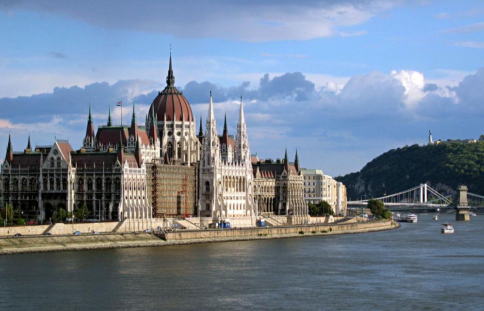 Budapesta este una dintre cele mai spectaculoase capitale ale Europei, cu a sa Dunare, care desparte Buda si Pesta.