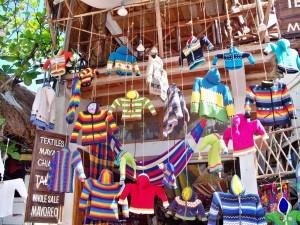 Magazin cu haine atarnate in Cancun, Mexic