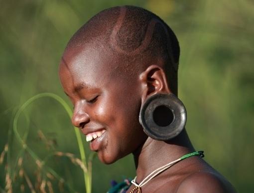 Cercurile introduse in buza de jos si in lobul urechii, penele si oasele prinse pe corp si picturile complicate de pe piele sunt numai cateva dintre caracteristicile pentru care Surma s-au facut cunoscuti in lume.