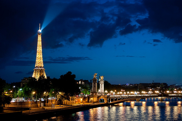 Capitala Frantei mai este numita Orasul Luminilor datorita peisajelor absolut superbe si romantice  oferite de raul Sena