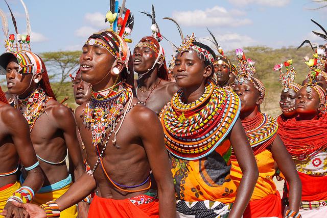 Populatia Samburu este trib de pastori in general si se disting mai ales prin hainele in culori tipatoare, de cele mai multe ori in nuante de roz si rosu aprins si prin podoabele pe care le poarta.