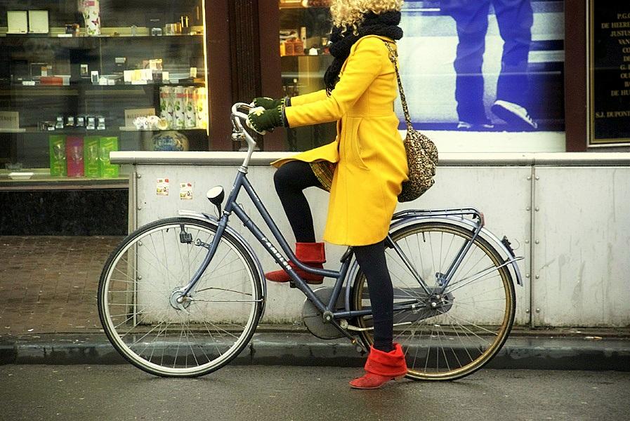 Fata pe bicicleta in oras