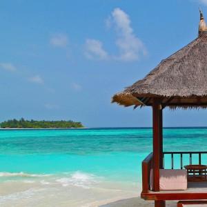un hotel langa plaja, intr-o zona tropicala
