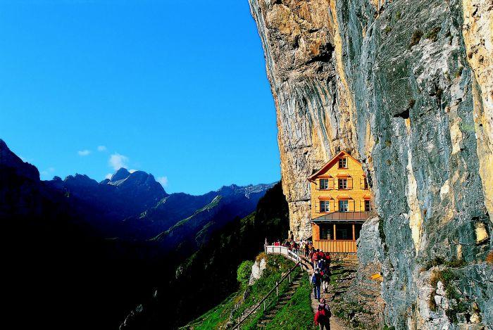 Ascuns printre muntii Alpi, in Elvetia, in stanca Aescher, se gaseste hotelul Berggasthaus Aescher-Wildkirchli.