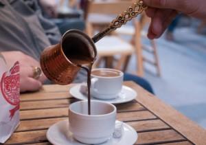 Cafea turceasca servita in cezve