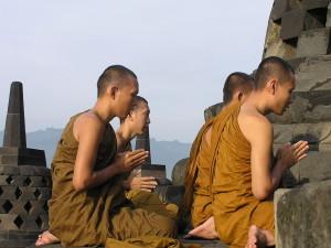Calugari budisti la Templul Borobudur din Java