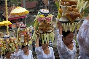 femei din Bali in timpul unei procesiuni pentru un frstival din Ubud