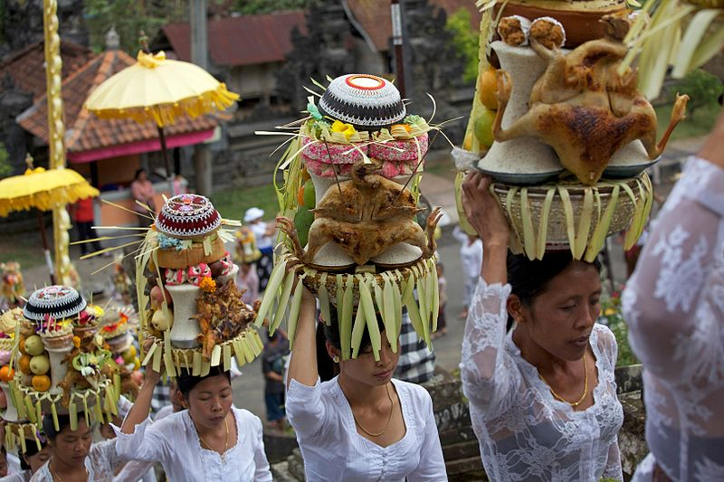 Femei din Bali in timpul unei procesiuni pentru un festival din Ubud