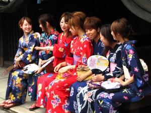 Fete in kimono japonez