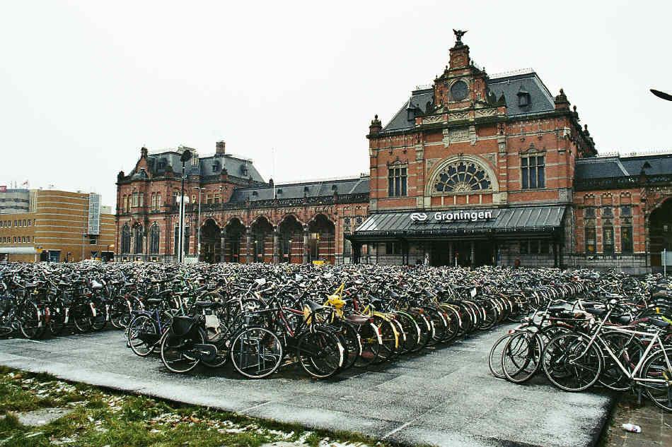 Parcare de biciclete in Gronigen, Olanda